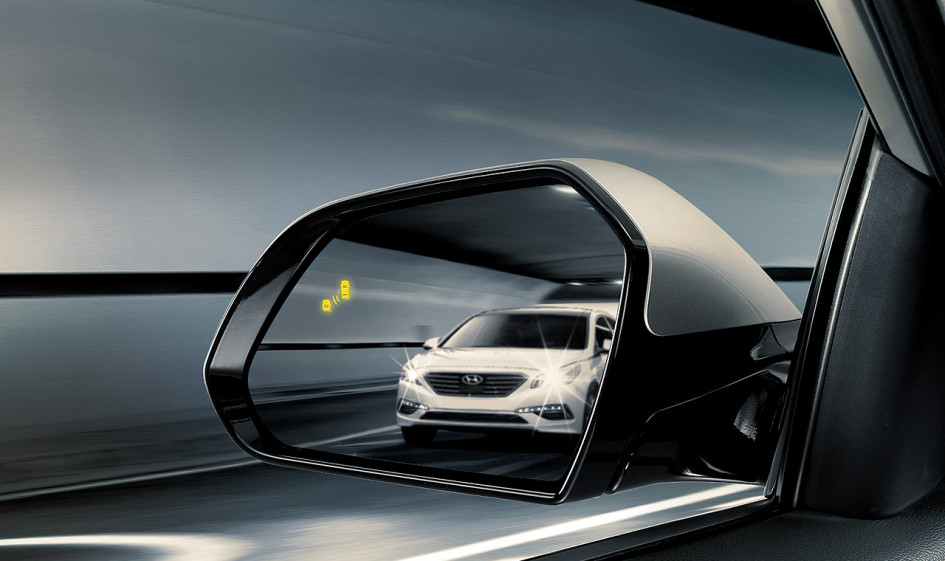 Vehicle in blind spot with Hyundai's blind spot detection alerting the driver